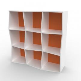 Etagere murale bois de couleur blanc et orange comportant des rangements en accès libre pour toutes les structureschr