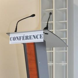 Bandeau plexi pour pupitre de conférence qui vous permet d'ajouter un logo ou nom de votre conférence / date d'événement