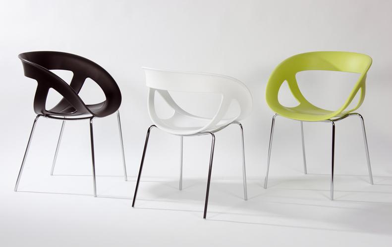 Chaise de bureau empilable design au dos ajouré et disponible en plusieurs coloris au choix pour convenir à votre installation de bureau ou espace café
