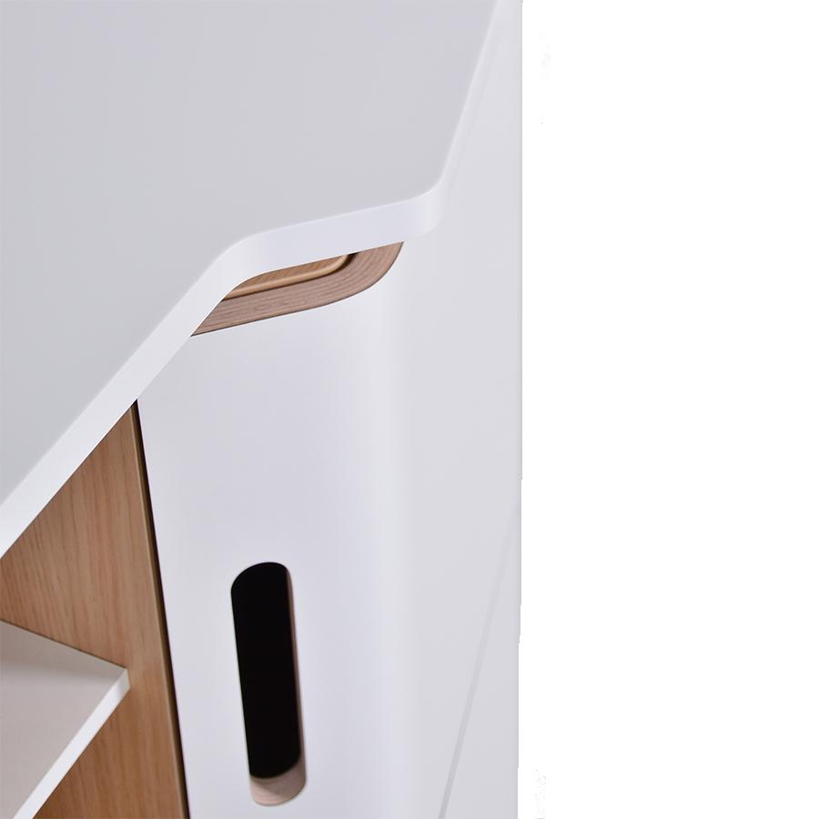 Meuble avec portes incurvées en multiplis recouvert d'un stratifié blanc.